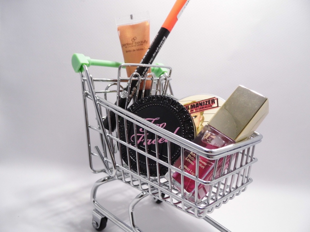 Supermarkets vs E-Commerce vs Small Retailers - The Business Triangle 5 – business people