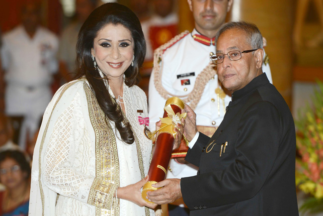 Vandana Luthra receiving Padma Shri from Honourable President Pranab Mukherjee